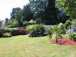 Voici le jardin de la maison que nous allons échanger cet été en Bretagne. Les propriétaires peuvent partir sans soucis, nous allons veiller à ce que les plantes et la pelouse soient bien arrosées….